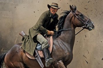 Jung Woo-Sung in una scena del film The Good, the Bad, the Weird