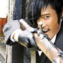 Lee Byung-Hun in una scena del film The Good, the Bad, the Weird