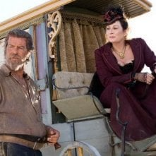 Pierce Brosnan e Anjelica Huston in una scena del film Caccia spietata