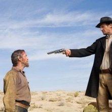 Pierce Brosnan e Liam Neeson in una scena del western Caccia spietata