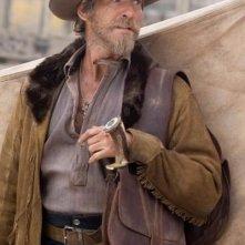 Pierce Brosnan in una scena del western Caccia spietata