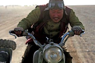 Song Kang-Ho in una scena del film The Good, the Bad, the Weird