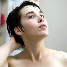 Arta Dobroshi in una sequenza del film Le Silence de Lorna