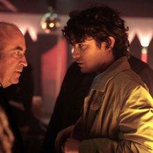 Bob Hoskins con Riccardo Scamarcio in una scena del film Go Go Teles