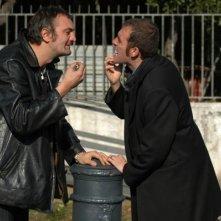 Raffaele Vannoli e Valerio Mastandrea in una scena del film Chi nasce tondo...