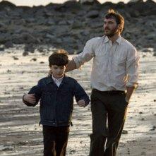 il piccolo Sean Curley e Joaquin Phoenix in una scena del film Reservation Road