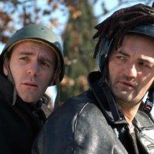 Valerio Mastandrea e Raffaele Vannoli in una scena del film Chi nasce tondo...
