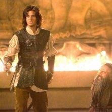 Ben Barnes e Warwick Davis in una scena del film Le cronache di Narnia: il Principe Caspian