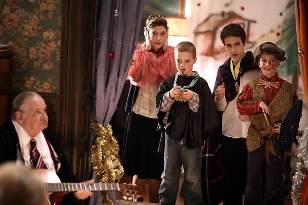 Chiara Mastroianni E Jean Paul Roussillon Con Thomas E Clement Obled In Una Scena Del Film Un Conte De Noel 60351