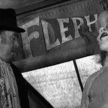 "Freddie Jones ""espone"" l'Uomo Elefante John Hurt in The Elephant Man"