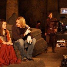 Georgie Henley e il regista Andrew Adamson in un'immagine dal set del film Le cronache di Narnia: il principe Caspian