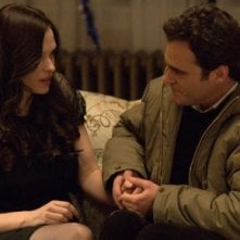 Joaquin Phoenix e Vinessa Shaw in una scena del film film Two Lovers