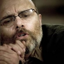 Joe Pantoliano in una scena del film Identità sospette