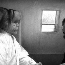 John Hurt, l'Uomo Elefante, & Anthony Hopkins, il Dr. Treves, a colloquio in una scena di The Elephant Man