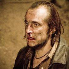 Peter Stormare in una scena del film Identità sospette