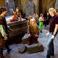 William Moseley, Georgie Henley, Peter Dinklage e il regista Andrew Adamson sul set del film Le cronache di Narnia: il principe Caspian