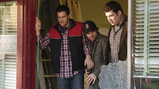 Brad William Henke Geoff Stults Ed Evan Jones In Una Scena Dell Episodio Best Friend Windows Di October Road 60677