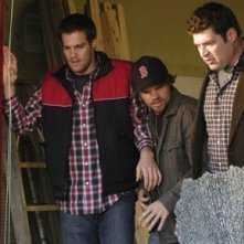 Brad William Henke, Geoff Stults ed Evan Jones in una scena dell'episodio 'Best Friend Windows' di October Road