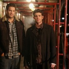 Bryan Greenberg e Geoff Stults in una scena dell'episodio 'Let's Get Owen' di October Road