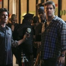 Bryan Greenberg e Geoff Stults in una scena di gruppo dell'episodio 'Let's Get Owen' di October Road