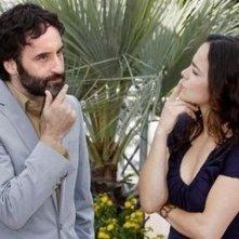 Cannes 2008: una curiosa immagine di Don McKellar e Alice Braga, che presentano il film Blindness - Cecità