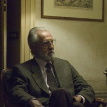 Giulio Bosetti nel ruolo di Eugenio Scalfari in una scena del film Il Divo