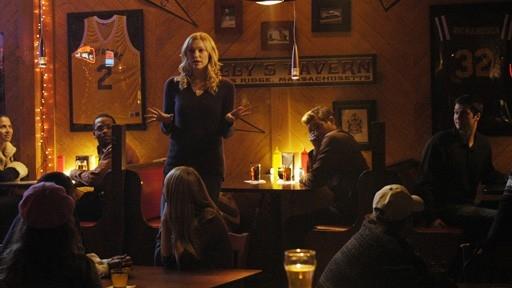 Laura Prepon In Una Scena Di Gruppo Dell Episodio The Pros And Cons Of Upsetting The Applecart Di October Road 60649