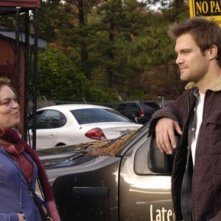 Rebecca Field e Geoff Stults nell'episodio 'The Pros and Cons of Upsetting the Applecart' di October Road