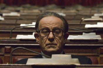 Toni Servillo nel ruolo di Giulio Andreotti in una scena del film Il Divo