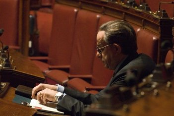 Un profilo di Toni Servillo nel ruolo di Giulio Andreotti in una scena del film Il Divo