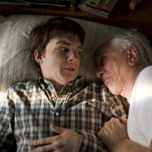 Drake Bell e Leslie Nielsen in una scena del film Superhero Movie