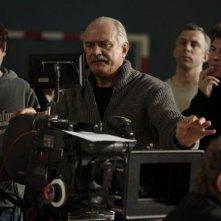 Il regista Nikita Mikhalkov sul set di 12