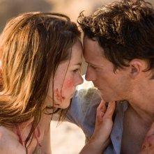 Jena Malone e Jonathan Tucker in una scena del film Rovine