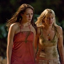 Jena Malone e Laura Ramsey in una scena del film Rovine