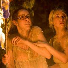 Jena Malone e Laura Ramsey in una sequenza del film Rovine