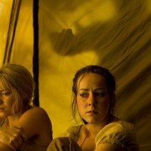 Laura Ramsey e Jena Malone in una scena del film Rovine