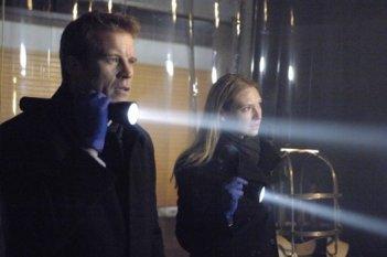 Mark Valley e Anna Torv nel pilot di Fringe