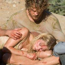 Shawn Ashmore e Laura Ramsey in una scena del film Rovine