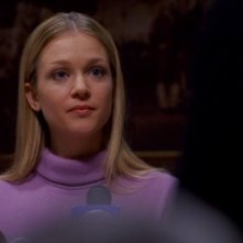 A.J. Cook, nel ruolo di J.J. mentre risponde alle domande dei familiari delle vittime durante una conferenza stampa nell'episodio 'Unfinished Business' della serie Criminal Minds