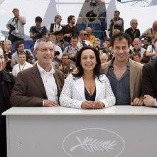 foto di gruppo per il cast di Gomorra: il regista Garrone e i protagonisti Toni Servillo e Maria Nazionale - al 61esimo Festival di Cannes