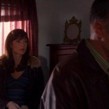 In primo piano Geoffrey Pierson e alle sue spalle Lola Glaudini nell'episodio 'Unfinished Business' della serie Criminal Minds