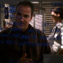 Mandy Patinkin e in secondo piano Matthew Gray Gubler, nei ruoli di Gideon e Reid mentre esaminano gli indizi sul soggetto ignoto (S.I.) nell'episodio 'Unfinished Business' della serie Criminal Minds