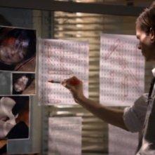 Matthew Gray Gubler, il dott. Spencer Reid mentre decifra un codice inviato dall'S.I. (soggetto ignoto) nell'episodio 'Unfinished Business' della serie Criminal Minds