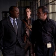 Roger Aaron Brown e Mandy Patinkin in primo piano, alle loro spalle Matthew Gray Gubler nell'episodio 'Riding the Lightning' della serie Criminal Minds