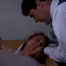 Thomas Gibson nel ruolo dell'agente Hotchner mentre consola una vittima salvata in extremis nell'episodio 'Unfinished Business' della serie Criminal Minds