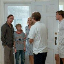Tim Roth, Devon Gearhart, Naomi Watts, Michael Pitt e Brady Corbet (di spalle) in una scena del film Funny Games