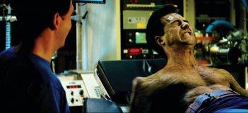Edward Norton si trasforma in Hulk in una scena del film L'incredibile Hulk