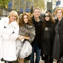 Il regista Michael Patrick King, Kristin Davis, Sarah Jessica Parker, Cynthia Nixon e Kim Kattrall (di spalle) in una scena del film di Sex and the City