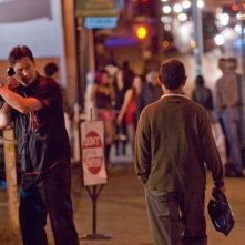 Keanu Reeves in una scena del thriller La notte non aspetta