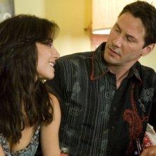 Martha Higareda e Keanu Reeves in una scena del film La notte non aspetta (2008)